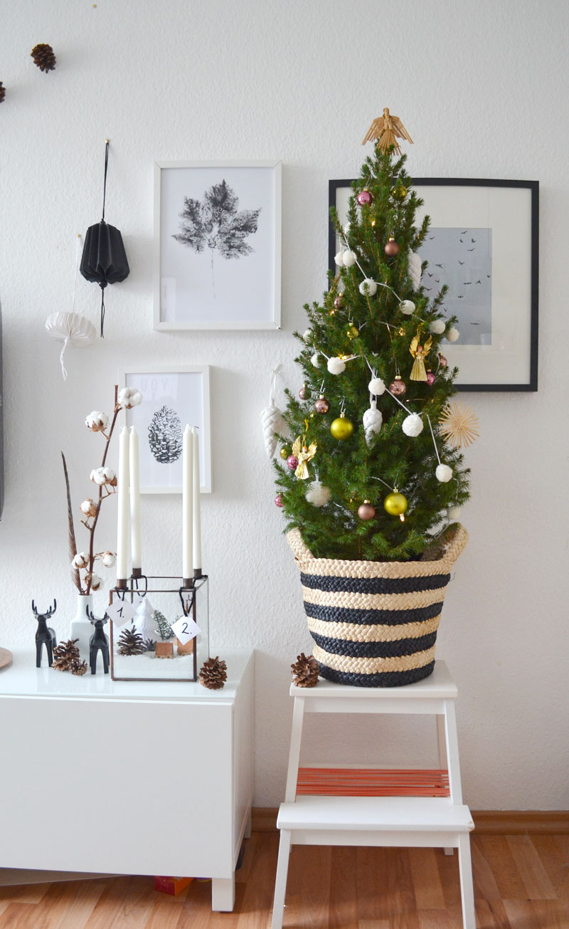 kleiner geschm ckter weihnachtsbaum mit diy mini pompom girlande. Black Bedroom Furniture Sets. Home Design Ideas